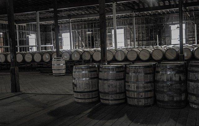 eine Halle mit Whiskyfässer
